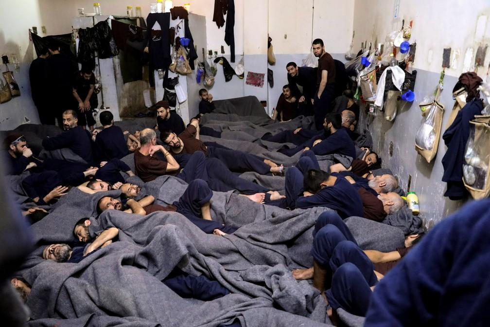 Prisioneiros estrangeiros, suspeitos de fazerem parte do Estado Islâmico, são vistos em uma cela de prisão em Hasaka, na Síria, em 7 de janeiro  — Foto: Goran Tomasevic/Reuters