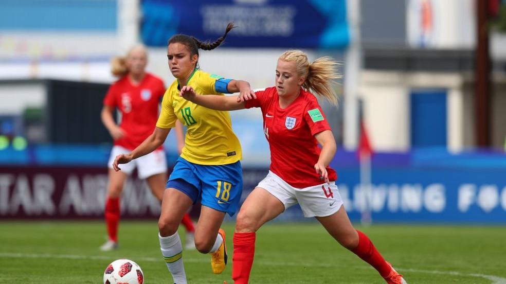 Ana Vitória em disputa de bola diante da Inglaterra — Foto: Fifa/ Getty Images