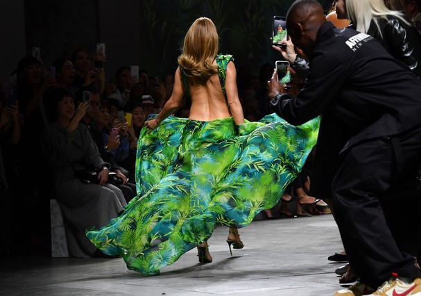 MILAN, ITALY - SEPTEMBER 20: Jennifer Lopez walks the runway at the Versace show during the Milan Fashion Week Spring/Summer 2020 on September 20, 2019 in Milan, Italy. (Photo by Jacopo Raule/Getty Images) (Foto: Getty Images)