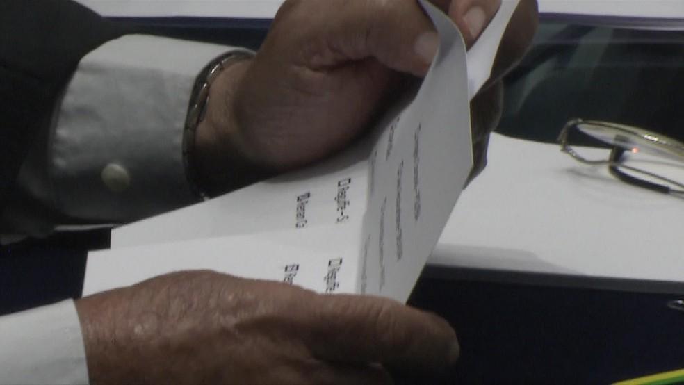 Cédulas sem envelopes tinham votos para Renan Calheiros (MDB-AL) — Foto: Reprodução/TV Globo