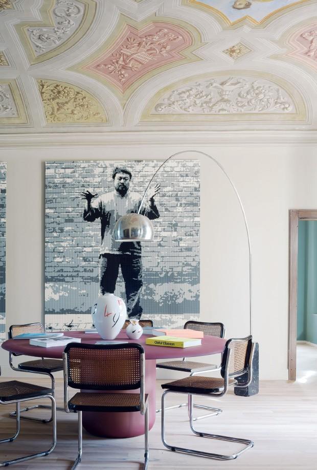 Living: Obra de Ai Weiwei contrasta com os afrescos barrocos do teto. A luminária vintage sobre a mesa de cobre desenhada por Paola Lenti veio da casa deles (Foto: Filipo Bamberghi)