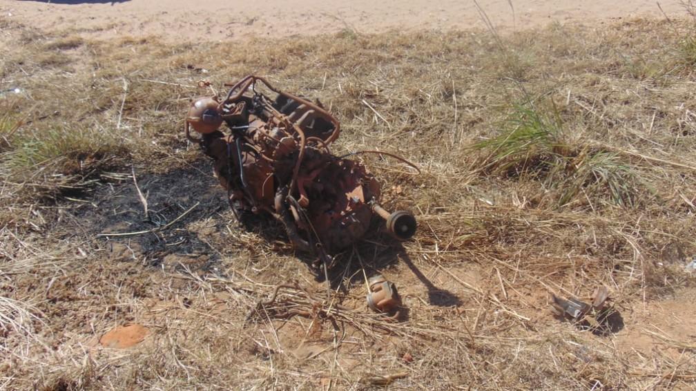 Motor do carro foi lançado em acidente — Foto: Reprodução/BlogBraga