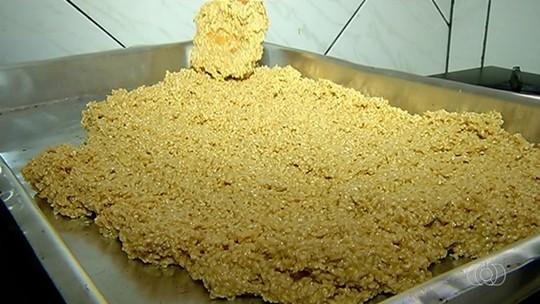 Doceira ensina a preparar pé de moleque de gergelim com açúcar mascavo