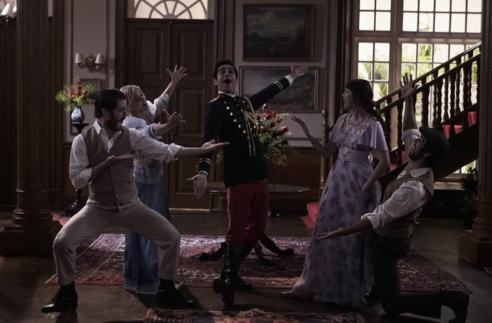 A sequência musical contou com a participação dos casais da trama (Foto: Rafael Costa/Globo)