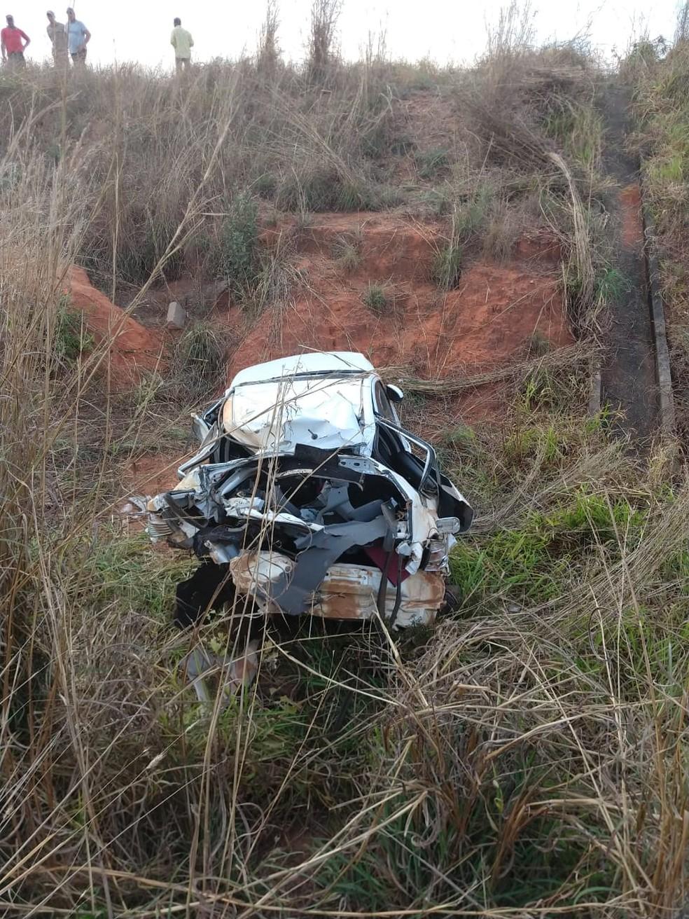 Carro caiu de barranco às margens da rodovia (Foto: Corpo de Bombeiros-MT/ Divulgação)