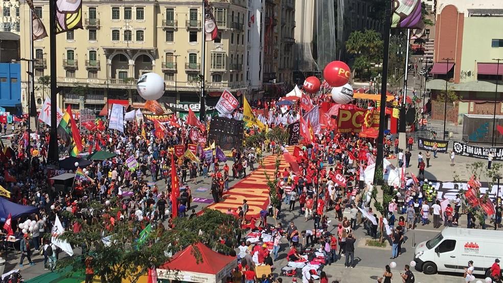 Manifestantes protestam contra o presidente Bolsonaro no Centro de SP — Foto: Reprodução/TV Globo
