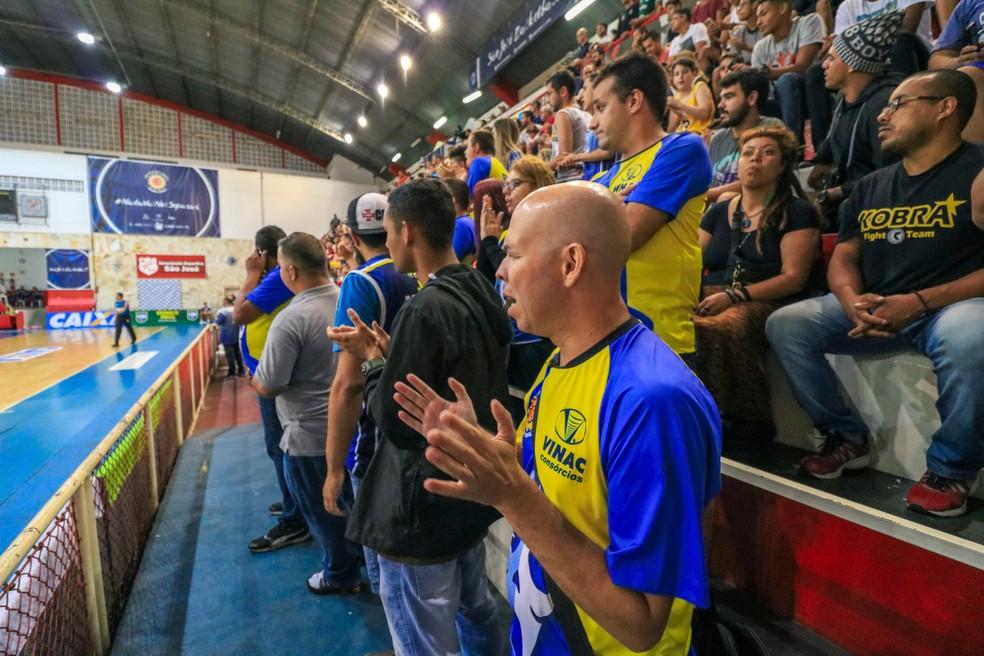 Marcos Rodolfo de Brito fica bem próximo à quadra e acompanha o jogo pela vibração da torcida — Foto: Danilo Sardinha/GloboEsporte.com