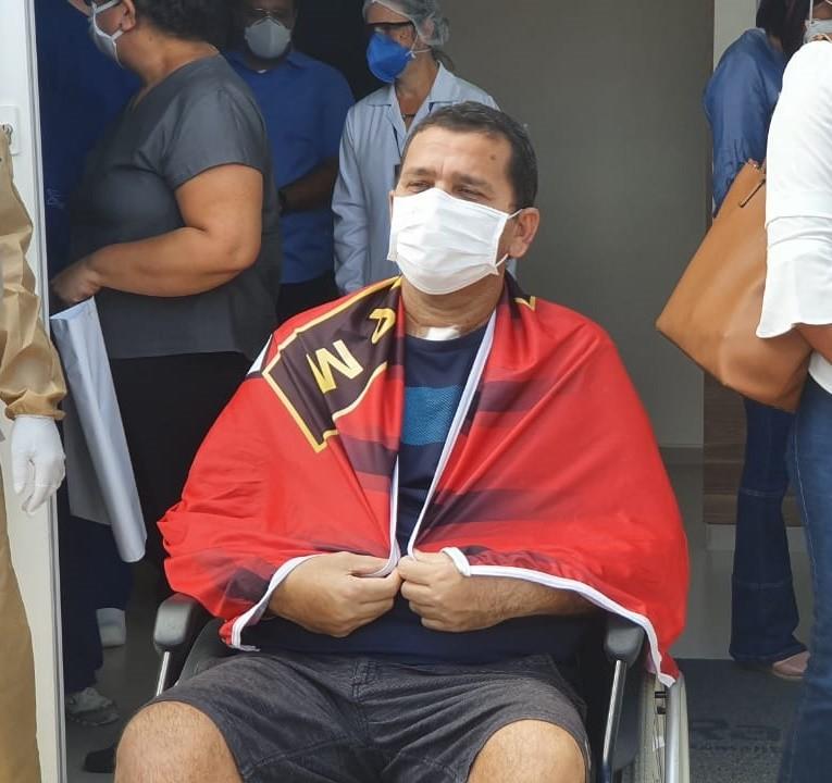 VÍDEO: Após 40 dias na UTI, policial militar se recupera da Covid-19 e é homenageado ao deixar hospital em Maceió