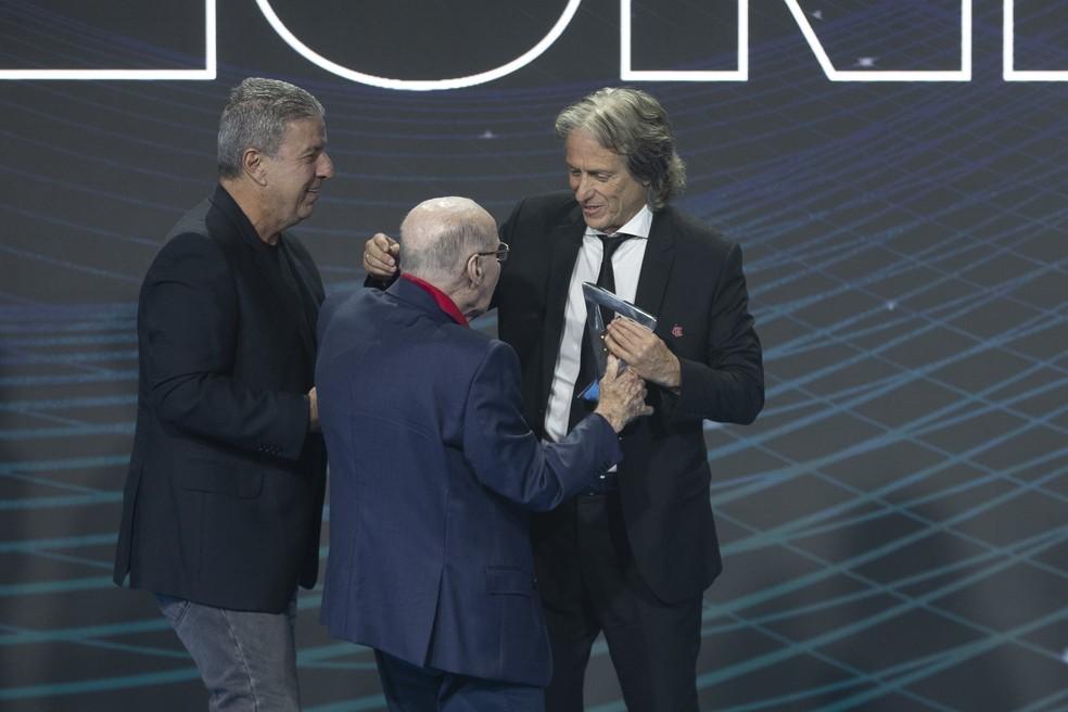 Jorge Jesus recebe prêmio das mãos de Zagallo — Foto: Lucas Figueiredo/CBF