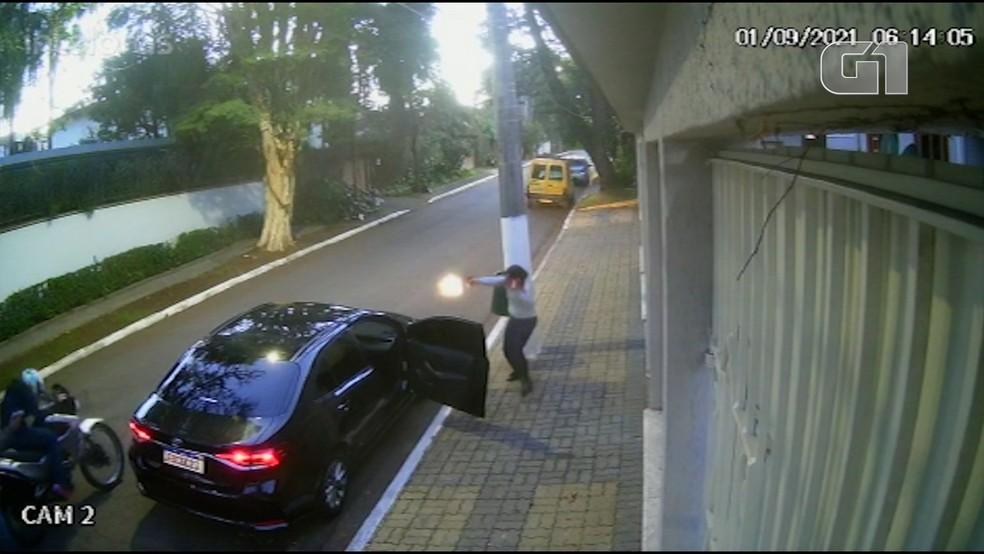 Vídeos mostram tentativa de assalto em frente a casa do prefeito de SP — Foto: Arquivo pessoal