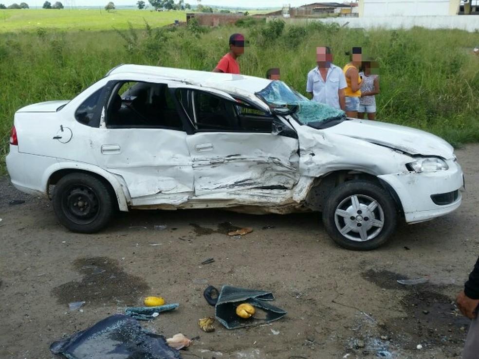 Situação do carro após colisão na BR-408 (Foto: Divulgação/PRF)