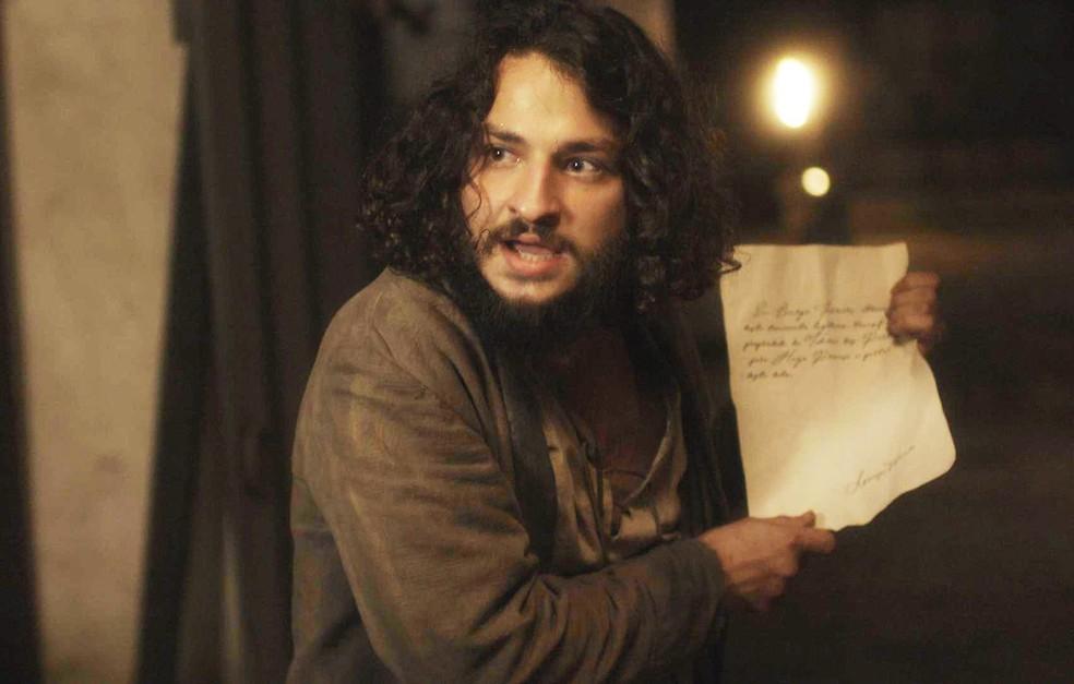 Hugo (César Cardadeiro) revela que é filho de Licurgo (Guilherme Piva) e novo dono da taberna, em 'Novo Mundo' — Foto: TV Globo
