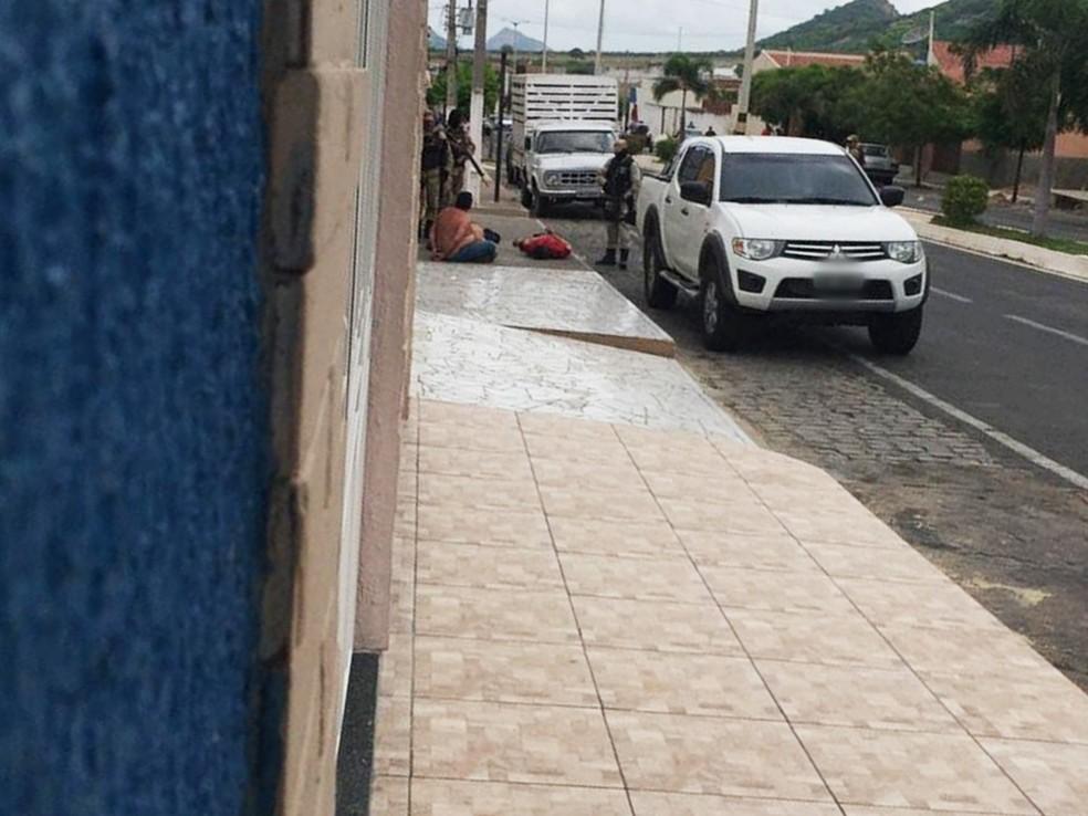 Suspeitos foram presos no centro de Patu  — Foto: PM/Divulgação