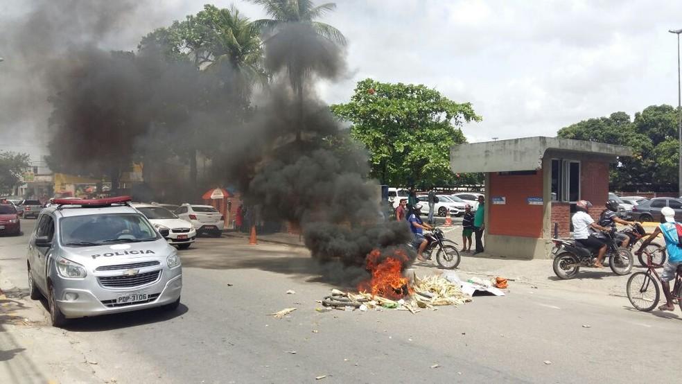 Moradores da Favela do Detranqueimaram pneus e entulhos na frente do departamento de trânsito, no Recife, nesta terça (13) (Foto: Robson Batista/TV Globo)