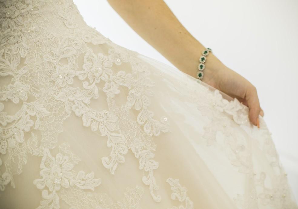 Rendas e muito brilho são as características do vestido (Foto: Raphael Dias/Gshow)