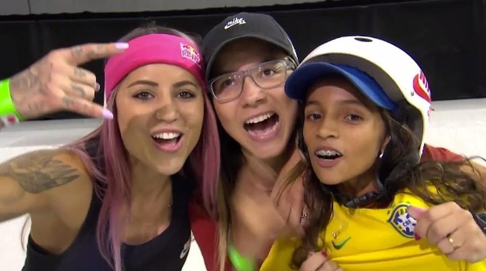 Letícia Bufoni, Pâmela Rosa e Rayssa Leal comemoram resultado em Londres — Foto: Reprodução