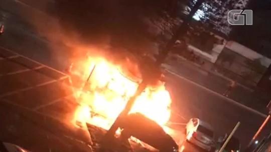 Carro apreendido por policiais é incendiado em pátio de delegacia; vídeo