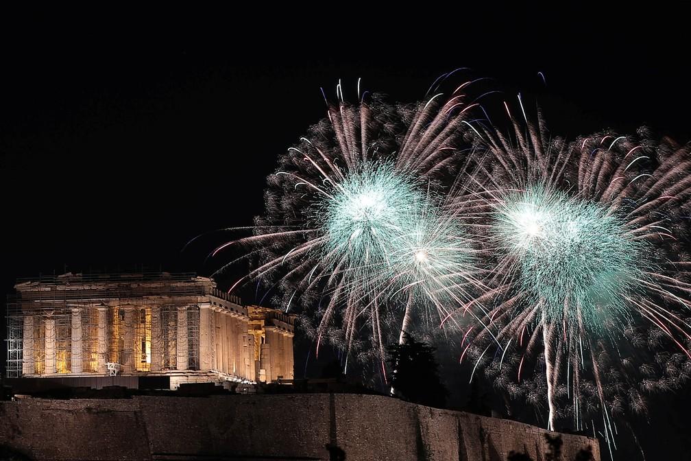 Fogos são vistos sobre o Panteão, na Acrópole de Atenas, na Grécia, na quarta-feira (1º). — Foto: Costas Baltas/Reuters