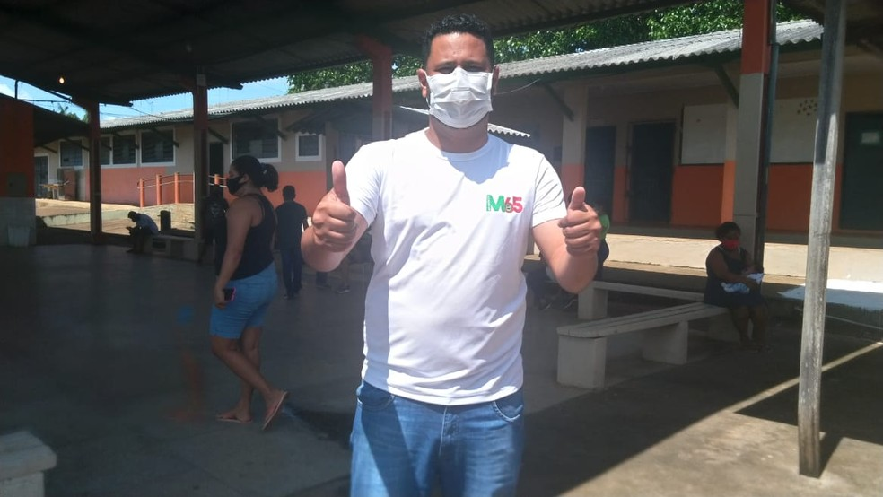 Eleição 2020: candidato Samuel Costa vota na escola Dr. Oswaldo Pianna — Foto: Patrícia Grenhas/Rede Amazônica