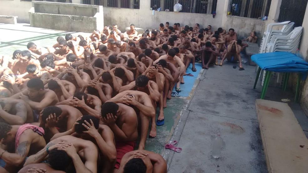 Detentos do Centro de Recuperação de Redenção durante revista e recontagem neste domingo, 12 de maio — Foto: Reprodução/TV Liberal