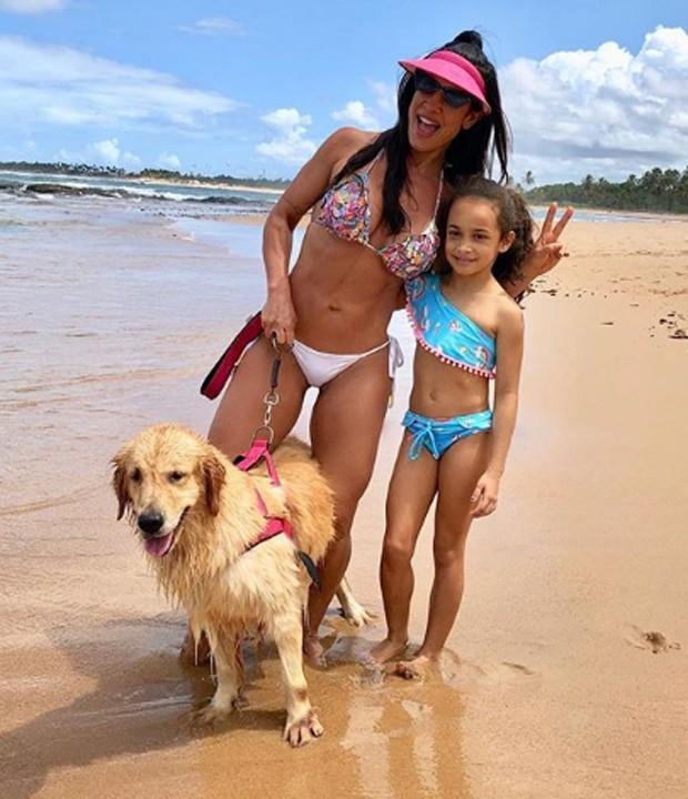 Scheila Carvalho com a filha, Giullia, e o pet da família (Foto: Reprodução/Instagram)