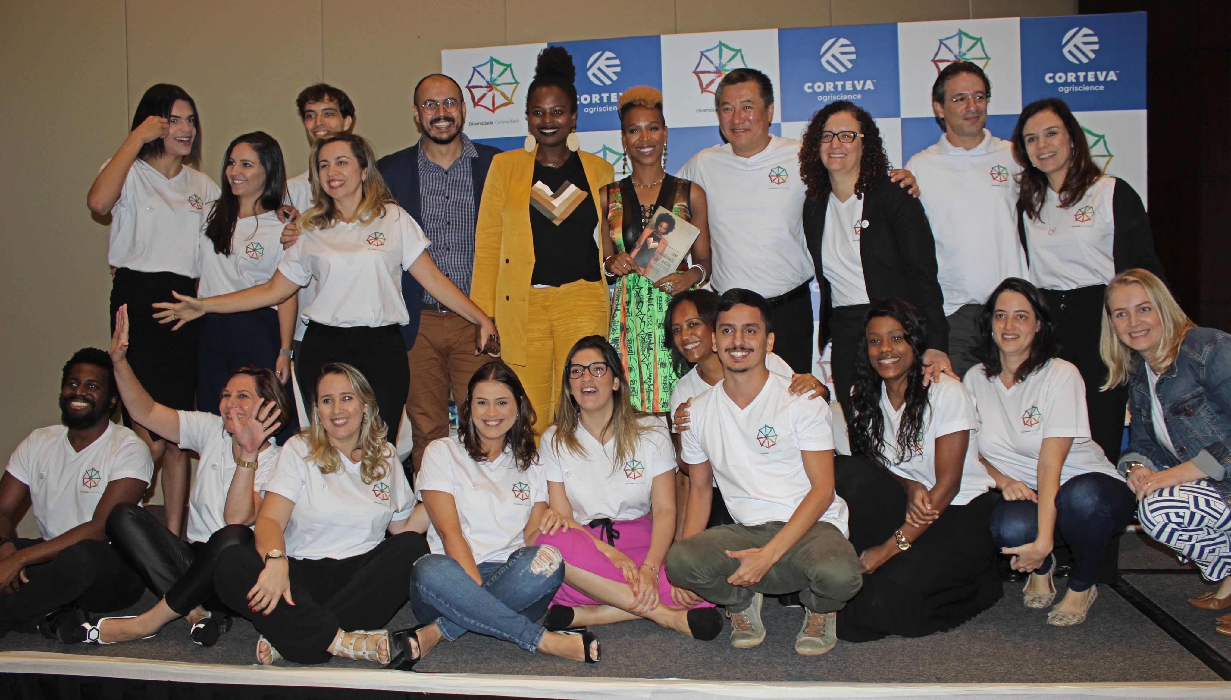 A cantora e apresentadora Karol Conka com participantes do evento sobre diversidade da Corteva (Foto: Divulgação)