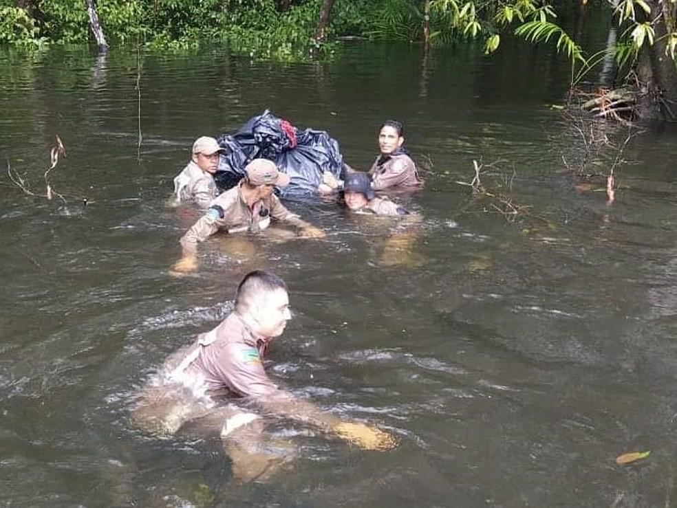 Militares do Corpo de Bombeiros fazendo buscas em áreas alagadas em Calçoene — Foto: CBM/Divulgação