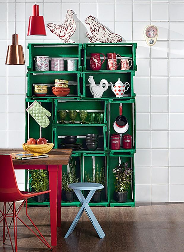 Sem dinheiro para comprar nada para a cozinha? Faça uma estante com caixotes de feira. Para garantir a estabilidade, eles devem ser parafusados uns nos outros. Uma cor vibrante, como o verde, alegra o visual (Foto: Carlos Cubi/Editora Globo)