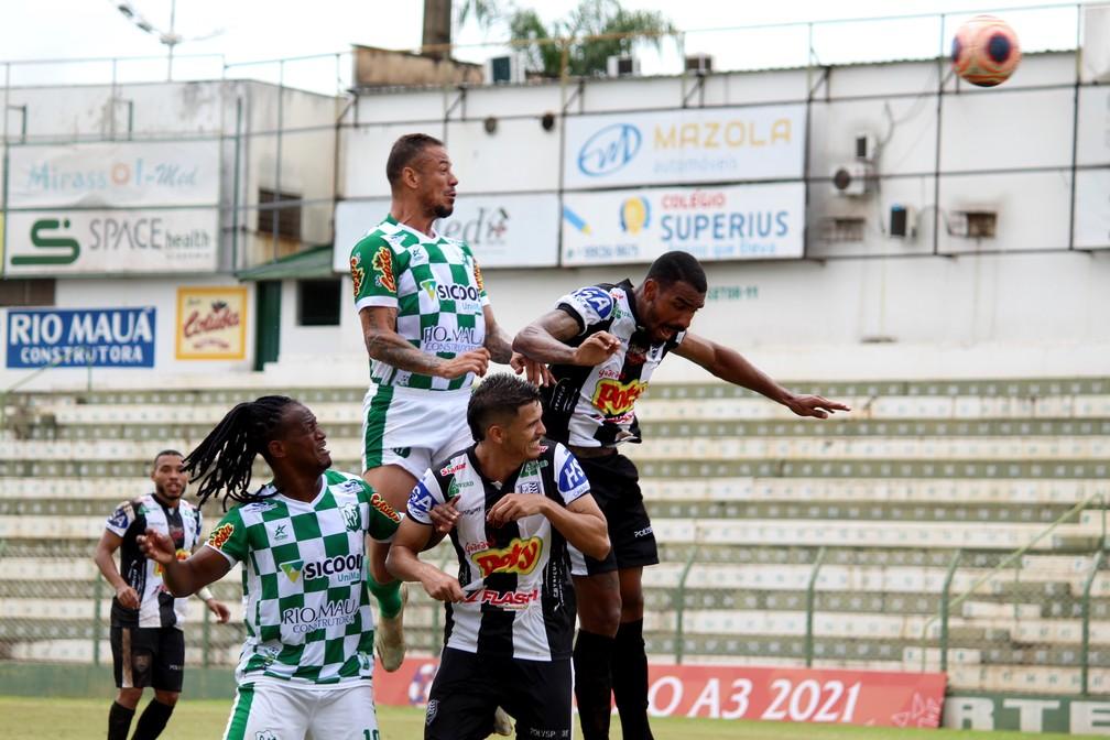 Nino (no alto) e Leandro Love em ação pelo Rio Preto contra o Votuporanguense  — Foto: Muller Merlotto Silva