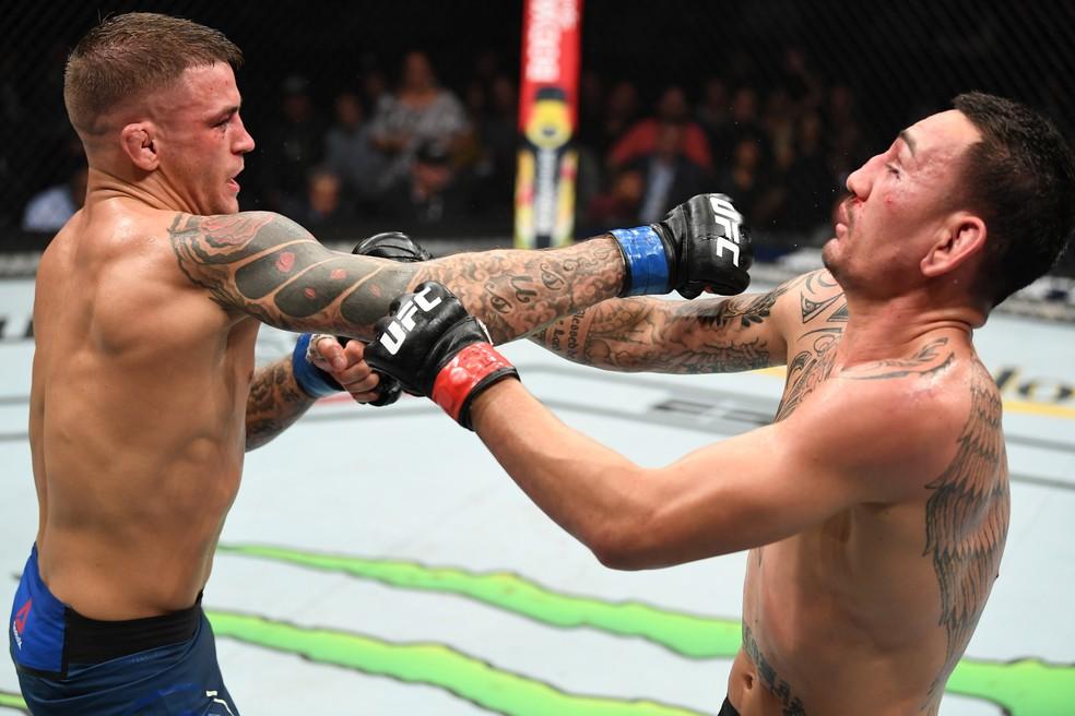 Dustin Poirier glolpeia Max Holloway no UFC 236 â?? Foto: Getty Images