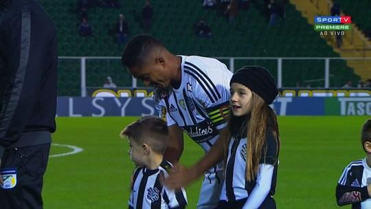 Que fofo! Jorge Henrique aquece garotinho antes do jogo entre Figueirense e CRB; assista