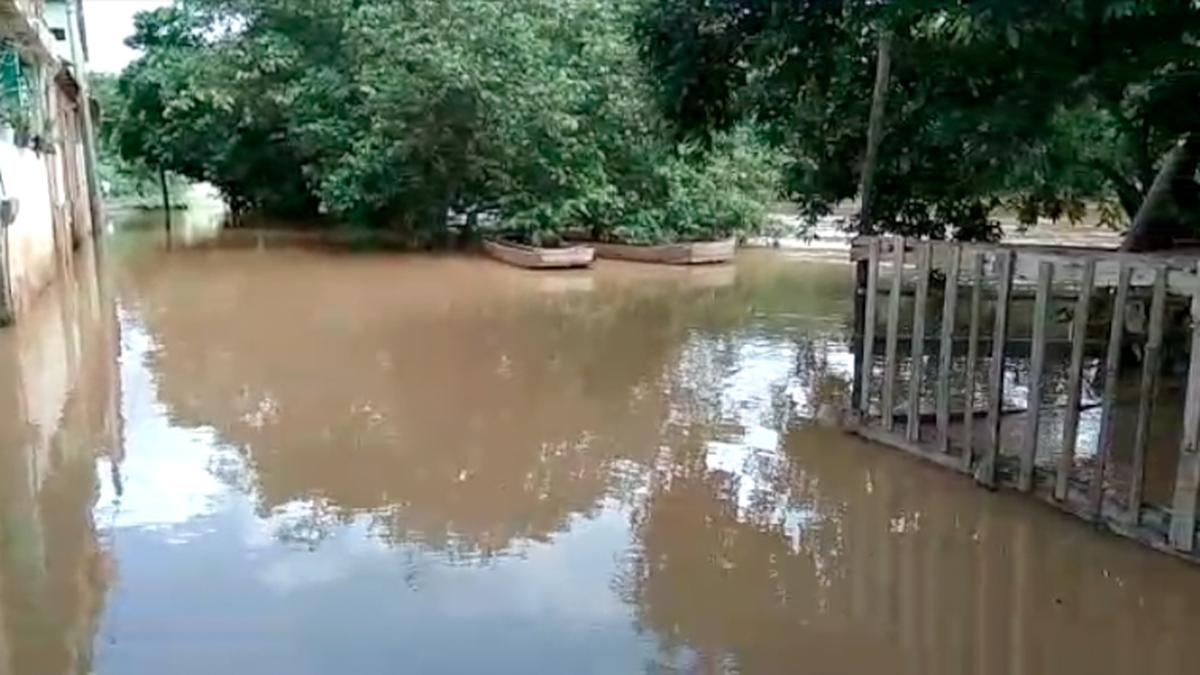 Nível de rio baixa e Defesa Civil de Bom Jesus do Itabapoana, RJ, mantém estágio de alerta