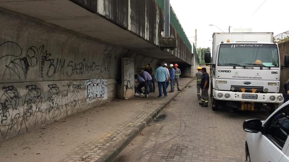 Engenheiros da Prefeitura de Fortaleza foram ao local para avaliar se a estrutura do viaduto foi comprometida — Foto: João Pedro Ribeiro/TVM
