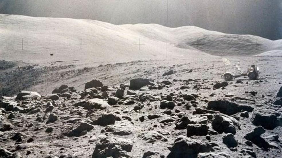 Superfície da lua 'cheia a pólvora queimada', segundo descreveu Gene Cernan, astronauta da missão Apollo 17 — Foto: Divulgação/Science & Society Picture Library