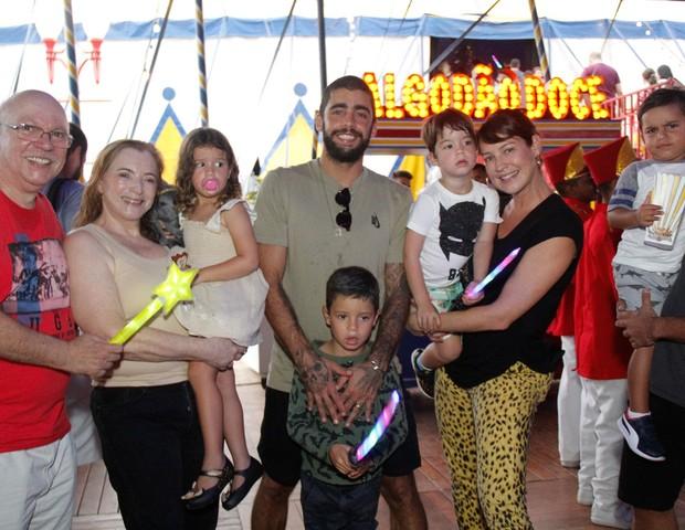 Luana Piovani com Pedro Scooby e os filhos no  (Foto: Wallace Barbosa/AgNews)