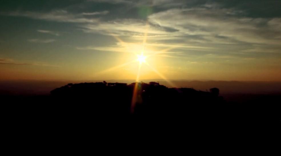 Pôr do sol de cima da pirâmide é uma das atrações mais esperadas em São Tomé das Letras (Foto: Reprodução EPTV)