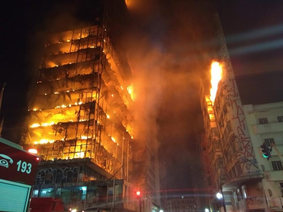Prédio em chamas no Centro de São Paulo (Foto: Divulgação/Corpo de Bombeiros)