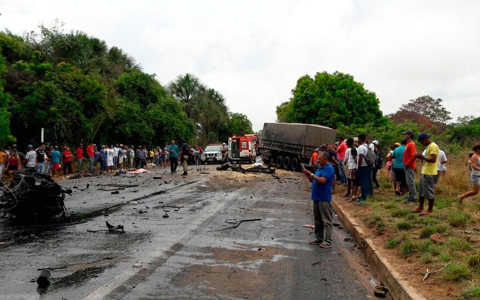 Muitos curiosos se reuniram na rodovia após o acidente (Foto:  Ivonaldo Paiva/Blogbraga)