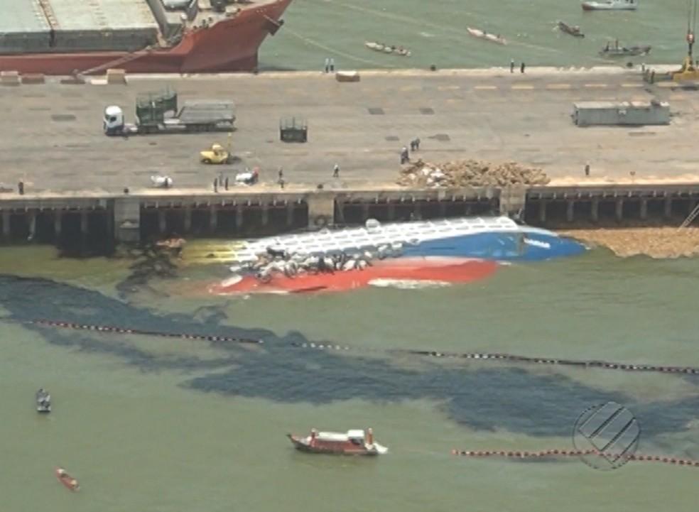 Navio naufraga e deixa marca de óleo em rio do Pará. — Foto: Reprodução/TV Liberal