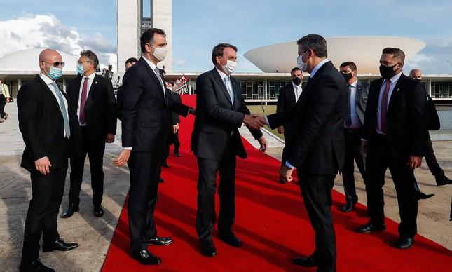 Bolsonaro cumprimenta Arthur Lira na cerimônia de início do ano Legislativo: troca na saúde abalou relação com o Centrão