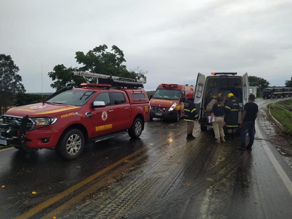Motorista ferido foi encaminhado ao hospital  — Foto: Corpo de Bombeiros