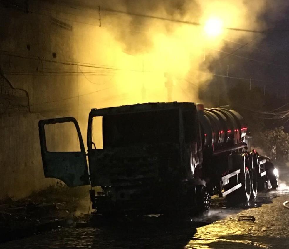 Caminhão foi incendiado por vigilante que estava com ciúme do atual companheiro da ex-mulher, que é dono do veículo — Foto: Polícia Civil/Divulgação
