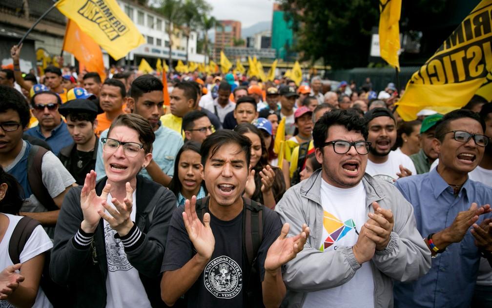 -  Pessoas gritam 'chega de ditadura' durante protesto contra as eleições presidenciais em Caracas, na Venezuela, na quarta-feira  16   Foto: AP Photo/A