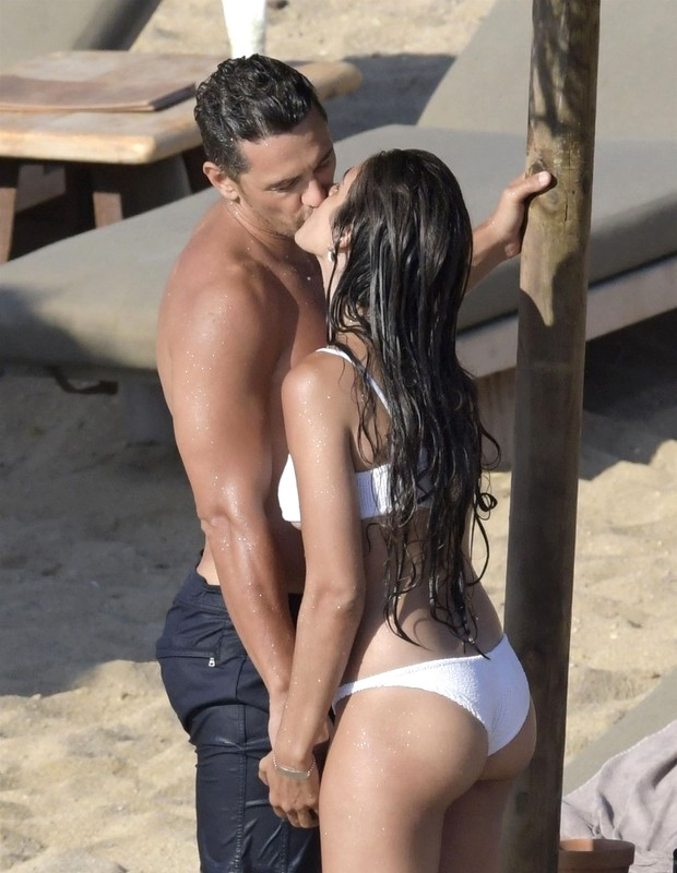 ** RIGHTS: ONLY UNITED STATES, BRAZIL, CANADA ** Mykonos, GREECE  - *EXCLUSIVE* - Actor James Franco and girlfriend Isabel Pakzad are seen packing on the PDA while enjoying a romantic day at the beach on the sun soaked Greek island of Mykonos. *Shot on Se (Foto: Pacific Coast News / BACKGRID)