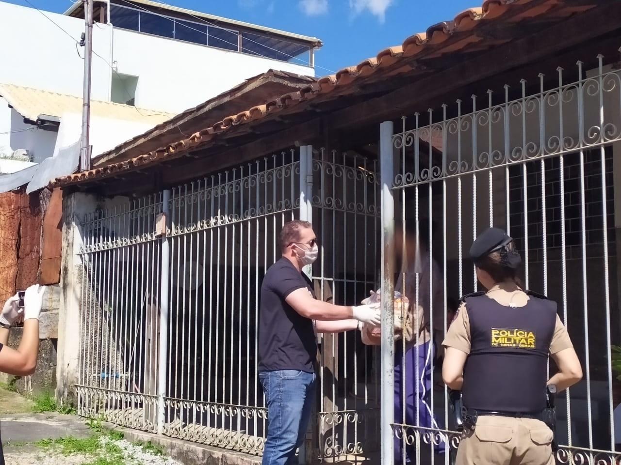 PM e voluntários entregam cestas básicas para famílias carentes em Divinópolis