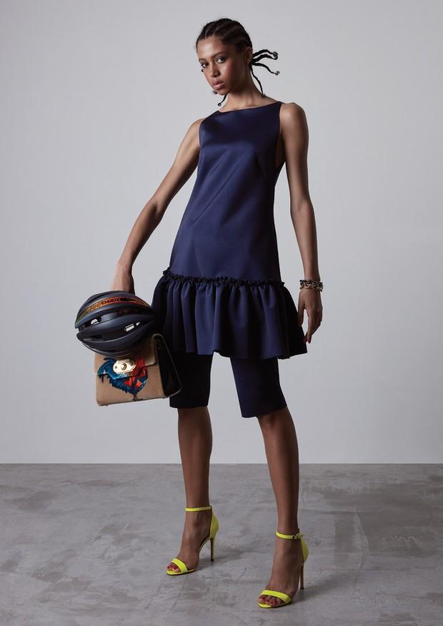 Vestido (R$ 890) e bermuda (R$ 680), ambos Fabiana Milazzo, bolsa Dolce & Gabbana (R$ 14.200), pulseira dourada (R$ 3.100) e pulseira prata (R$ 2.900), ambas Jack Vartanian, sandálias Santa Lolla (R$ 130) e capacete Giro Synthe Mips na Vélo48 (R$ 1.499) (Foto: Caroline Curti)