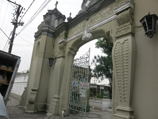 Homem é preso após furtar objetos do cemitério do Paquetá em Santos, SP