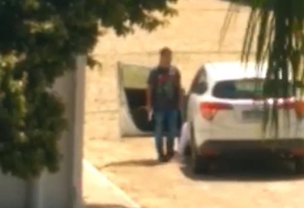 Momento em que o policial fazia a jovem refém — Foto: Reprodução/Redes sociais