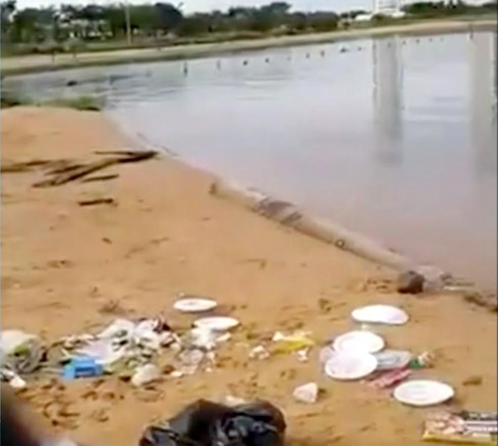 Vídeo mostra lixo e restos de comida jogados na beira do lago — Foto: TV Anhanguera/Divulgação