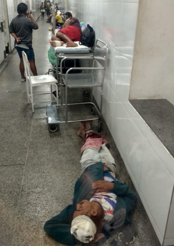Pacientes deitam no chão por falta de macas no Socorrão I em São Luís — Foto: Douglas Pinto/TV Mirante